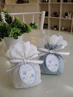 Hermosas bolsitas de tela para obsequios - Dale Detalles Baby Shower Parties, Baby Boy Shower, Reusable Things, Rosen Arrangements, Première Communion, Diy Y Manualidades, Lavender Bags, Party In A Box, Potpourri