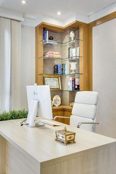 Escritório com mesa de Madeira e cadeira Branca