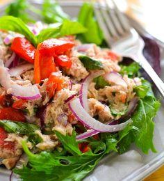 Végre nem csak a horrorárú salátákat lehet megkapni a piacon vagy a boltban, hanem érkeznek az első, hazai, tavaszi saláták is, mint a fejes saláta vagy a rukkola.A saláták nagyon jók arra, hogy feldobjuk az unalmas szendvicseket, de akár főfogásként is megállják a helyüket. Erre nézünk három…