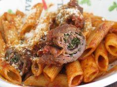MACARONADE SETOISE (Pour 4 P : 400 g de macaroni ou de Pennoni Rigati, 300 g d'escalopes de paleron de boeuf, 12 tranches fines de lard maigre fumé, 1 petite boîte de tomates concassées (ou pulpe de tomates), 1 c à s de concentré de tomate, 25 cl de vin rouge, 1 oignon haché, 2 gousses d'ail, 1 bouquet de persil, huile d'olive, parmesan, sel, poivre, paprika, le zeste d'une demi orange et son jus)