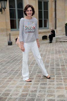 Inès de la Fressange com aplicação na blusa tipo arte naïf