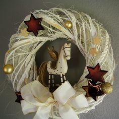 Vánoční věnec Vintage s koníkem Krásnývánoční věnec z pevného proutí se sisalem vhodný na dveře i na stěnu, ozdobený dřevěným koníkem.  Průměr:cca37 cm