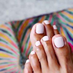 白に近いピンクは日焼けした肌にも映えます。肌馴染みも◎!