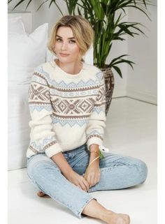 Camilla Pihl som har på seg Iris genser, I Camilla Pihl Olava, fra House of Yarn. Knitting Designs, Knitting Patterns, Raglan Pullover, Sous Pull, Knitwear Fashion, Work Tops, Knitted Poncho, Diy Clothing, Pulls