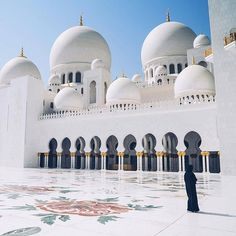 Perspective of Sheikh Zayed Mosque 🕌 ~ Abu Dhabi, United Arab Emirates    Photo: @hirozzzz #abudhabi #visitabudhabi #abudhabi🇦🇪 #abudhabiart #arabphoto #unitedarabemirates #landscaping  #postcardsfromtheworld  #travel #traveladdict #travelphotography #africa_vacations #cityview #cityscape #loves_landscape #landscapelovers #landscape_specialist #kings_villages #city_explore #architecture #african #ig_africa #africa_nature #sheikhzayedmosque