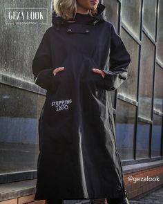 Популярная модель - дождевик «анорак». Надеть такую модель легко, ведь он не имеет лишних пуговиц. Облачаются в дождевик через голову. Подобная модель имеет нагрудный карман, куда впоследствии и складывается, помещаясь даже в небольшой сумочке.