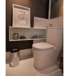 Lavabo com papel de parede imitando couro e vaso link deca