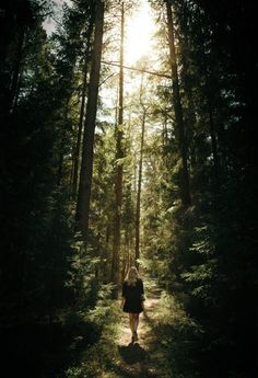 What is forest bathing? It might sound a little strange, but it's a fantastic way to get in touch with nature and de-stress in the process. Forest Photography, Portrait Photography, What Is Forest, Fotografie Portraits, Theme Nature, Forest Bathing, Lost In The Woods, Forest Pictures, Shooting Photo