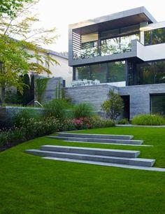 aménagement paysager: pelouse et façade moderne: