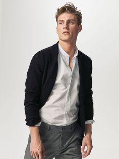 Chemise structurée à rayures intérieures contrastantes confectionnée en pur coton. Coupe casual, col mao, boutonnage sur le devant, manches longues, poignets boutonnés arrondis et fentes latérales dans le bas.