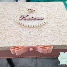 Caixa de Madeira, tampa em renda, super fina e delicada, e personalizada. #decormimos #lembranças #aniversario #festa #caixaspersonalizadas #renda #perolas