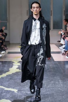 See all the Collection photos from Yohji Yamamoto Spring/Summer 2016 Menswear now on British Vogue Men Fashion Show, Suit Fashion, Runway Fashion, Fashion Brands, High Fashion, Fashion Outfits, Yohji Yamamoto, Haute Couture Style, Fashion Week Paris
