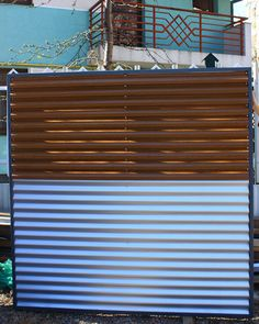 Panou gard metalic din paleta de culori alb-maro. Blinds, Curtains, Urban, Metal, Home Decor, Decoration Home, Room Decor, Shades Blinds, Blind