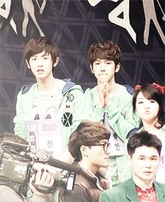 Baekyeol-being uncannily synchronized-again haha they're totally on the same wavelength