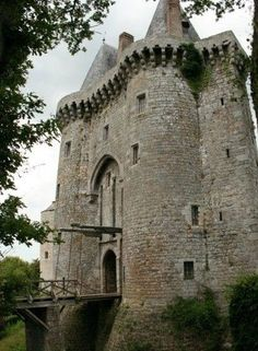 Montmuran Castle in Broceliande, France used - centuries Vila Medieval, Chateau Medieval, Medieval Castle, Beautiful Castles, Beautiful Buildings, Beautiful Places, French Castles, Château Fort, Famous Castles