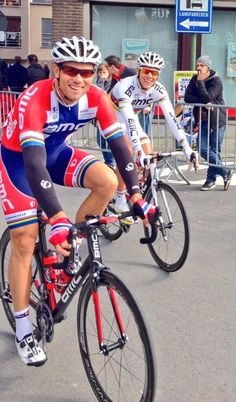 @PhilippeGilbert Deux champions tout sourire au départ du #GPImpanisVanPetegem