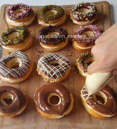 Gerçekten harika bir tarif Yumuşacık hamuru nefis kreması ve çikolatadıyla muhteşem bir bütün Şekil olarak donut desekte lezzet o..