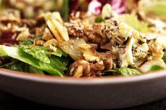 Peren, walnoten en blauwe kaas zijn bij wijze van spreken voor mekaar geboren. Om het huwelijk te bezegelen, breng je ze samen in een frisse salade. En de eenvoudige vinaigrette doet de rest..
