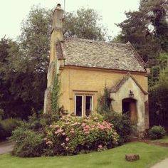 Beautiful French Cottage Garden Design Ideas 14 - All For Garden French Cottage Garden, Style Cottage, Cottage Garden Design, Cozy Cottage, Cottage Homes, Yellow Cottage, Cottage Gardens, Brick Cottage, Witch Cottage