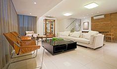 Residência Aurelius | Isabela Bethônico Arquitetura. Sala / Poltronas / Painel Madeira / Cristaleira