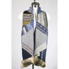 Foulard Chapka par Myco Anna. Disponible à la boutique en ligne. Lainages et fourrures recyclés.