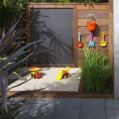 ¡La idea del pizarrón esta increíble! Ponte creativa al momento de diseñar un #jardín para tus pequeños. #Urban #Garden #Home