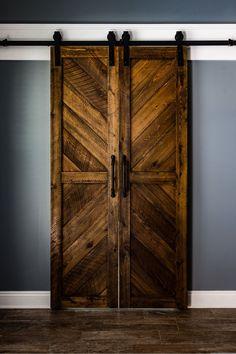 Solid Cypress Chevron-Scheunentore (auf Bestellung) – Diy Home Decor Wood The Doors, Wood Doors, Sliding Doors, Entry Doors, Front Doors, Diy Barn Door, Barn Door Hardware, Diy Door, Farm Door