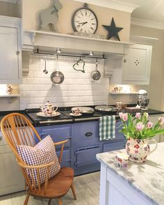 30 Fun and Fresh Decor Ideas to Make Your Kitchen Wall Looks Amazing - homelovers Aga Kitchen, Country Kitchen, Kitchen Dining, Kitchen Decor, Kitchen Ideas, Cottage Kitchens, Home Kitchens, 230, Home And Deco