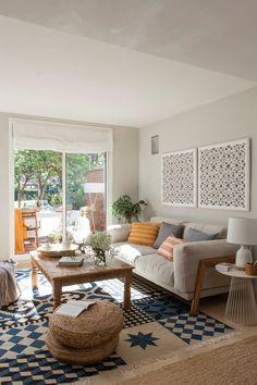 Salón con alfombra geométrica, mesa de centro de madera 00435792 O