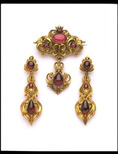 The swirling gold mounts in this set of jewellery give the impression of great wealth, although this is in fact deceptive. The mounts are stamped out of thin gold sheet using far less metal than would appear to be the case. Long earrings came into fashion at the end of the 1820s. Earrings were made for pierced ears. The piercing itself was often carried out by a jeweller.