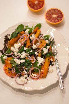 Salaatti paahdetuilla porkkanoilla ja veriappelsiinilla