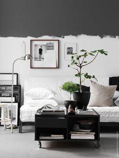 """Compact Livingroom! Att bo på liten yta har sina utmaningar. Flera funktioner ska lösas och samsas på liten yta. KARLABY/KARLSKOGA bäddsoffa, FORMAT golv-/läslampa, RIBBA ramar, grafisk Paris-inspirerad BILD med text """"destinationer"""", svartvit BILD FJÄLLSTA med hund, VIGDIS kuddfodral i vitt, beige och svart, grått melerat kuddfodral ISUNDA, svart HENRIKA pläd, svarta SINNERLIG krukor."""