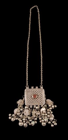Yemen - Taiz | Pendant necklace; silver and glass.  20th century.  // ©Quai Branly Museum. 71.1970.90.8