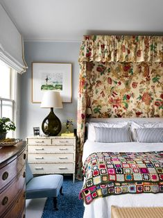This Notting Hill Townhouse Features a 3-in-1 Living Space | Architectural Digest Bed Is Calling, Beata Heuman, White Daybed, Custom Headboard, Living In London, Green Sofa, Red Walls, Interior Design Companies, Bedroom Wall