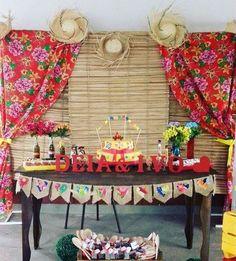 Bandeirinhas de juta na mesa, bolo com bandeirinhas e flores nas garrafinhas. Lindo!