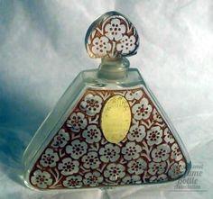 Muguet  Tipo: botella de perfume francés    Materiales (s): vidrio    Diseñador / Fabricante: Harriet Hubbard Ayer (botella Viard)    Señalización: HAH grabado en la base    Origen: Francia    Fecha o Época: c. Del 1930