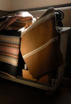 We manufacture all types of traditional blankets and carpets from Alentejo Portugal. Come visit us! Textiles, Cozy House, Hand Weaving, Artisan, Carpet, Throw Pillows, Pattern, Spinning, Weaving