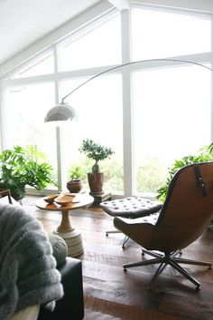 I think that if my house was like Amy & David Butler's house, I would find a way to work from home. It is so airy and relaxing...