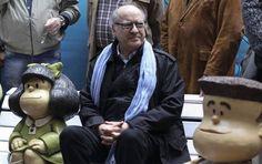 """El dibujante argentino Joaquín Salvador Lavado (c), """"Quino"""", posa junto a una figura de su personaje Mafalda (i) durante la presentación de dos estatuas de sus personajes Manolito (d) y Susanita (no en la foto) hoy, lunes 29 de septiembre de 2014, en el Paseo de la Historieta del barrio San Telmo de Buenos Aires (Argentina). Las nuevas estatuas se instalaron con motivo del 50 aniversario de la creación del personaje Mafalda."""