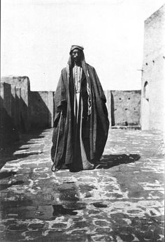1918,  Gertrude Bel photo, Iraq  [ 'Abdul Wahid abu Sikar standing in courtyard]
