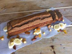 Dit recept mag hier natuurlijk niet ontbreken. Een hype in healthy foodland, bananenbrood! Al lijkt het meer op een cake. Ik heb een aantal keer geknutseld met verschillende ingrediënten en in dit recept voor glutenvrij bananenbrood met dadels en notengebruik ik boekweit. Je kunt ook amandelmeel gebruiken waardoor de structuur...