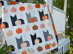 Over 25 ideas for Fall and Halloween-themed quilts and quilting projects featuring patchwork pumpkins, ghosts, scrappy, and table runners Halloween Quilts, Halloween Quilt Patterns, Cat Quilt Patterns, Halloween Cat, Halloween Table, Block Patterns, Pattern Ideas, Halloween Ideas, Sewing Patterns