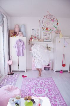 Magenta, hot pink, coral and other colorful ladies are perfect when mixed with softness, and it's still very girly girl. #kidsroom
