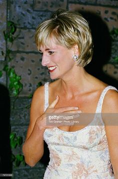 June Diana, Princess of Wales attends a private viewing of her dresses to be auctioned at the famous auction house Christie's in New York. New York, USA. RoyalDish - Diana Photos - page 144 Princess Diana Hair, Princess Diana Pictures, Real Princess, Princess Of Wales, Short Hair Cuts, Short Hair Styles, Princesa Real, Diana Fashion, Royal Fashion
