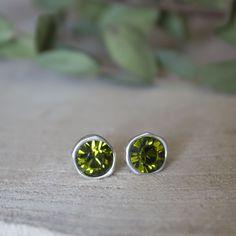Laat je oren stralen! Mooie oorknoppen met olijfkleurige Swarovksi stenen. Deze oorbellen zijn nikkelvrij, dus geven niet groen af! Deze oorbellen zijn er in het zilver, goud en rose goud.