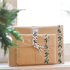Empaquetando regalos de Reyes con washi tape ex Christmas de mt (encuéntralo en www.miamandarina.es)