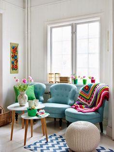 Turquesa também combina em ambientes menores e dá pra ser mais despojado com a cor. As flores, o detalhe em madeira das mesinhas e a manta de estilo mais boho deram ao ambiente um toque muito mais divertido e leve.