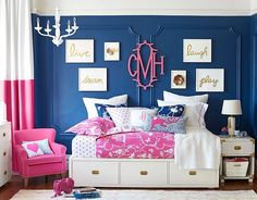 Love this preppy blue/hot pink/white room (wish I spoke spanish...WHHHHY did I take German in high school?)