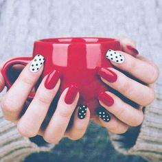 uñas cortas rojas y negras
