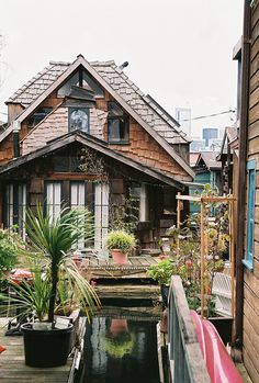 Boathouse cottage / The Green Life <3 Floating House, Cozy House, House Boat Interiors, Houseboats, Cottage Living, Cozy Cottage, Green Life, Beautiful Homes, Houseboat Living